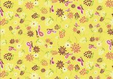 Gele quiltstof met roze vlindertjes