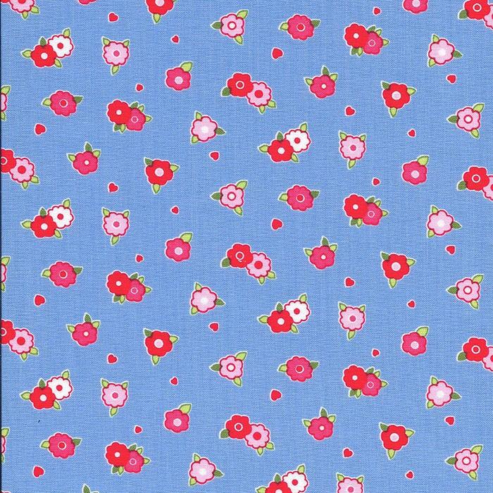 Blauwe stof met lichte en fel roze roosjes.