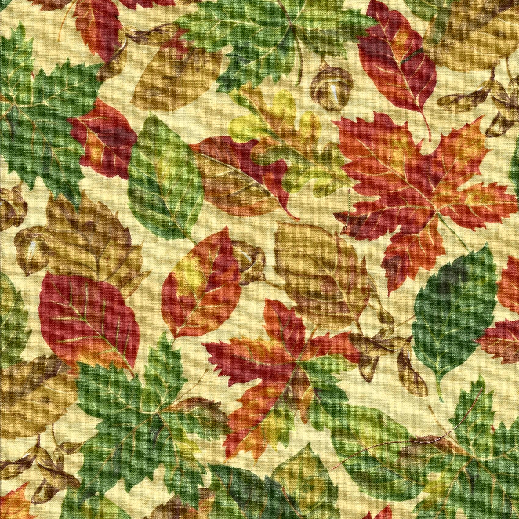 Creme kleur stof met herfstbladeren.