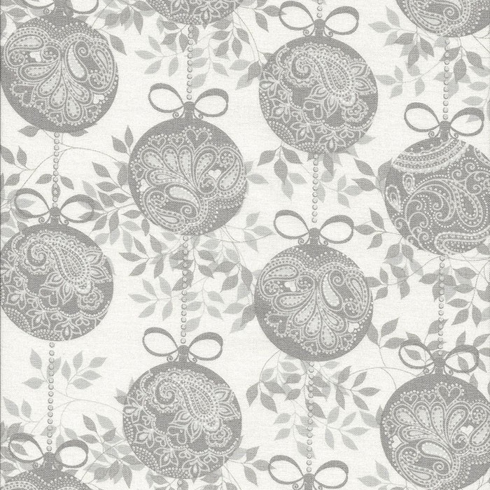 Ivoor witte stof met grijze kerstballen.