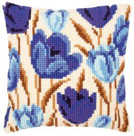 Kruissteekkussen met blauwe tulpen