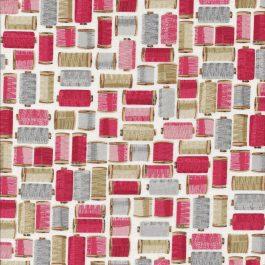 Room witte stof met rode,roze,grijs en beige klosjes garen-Makower