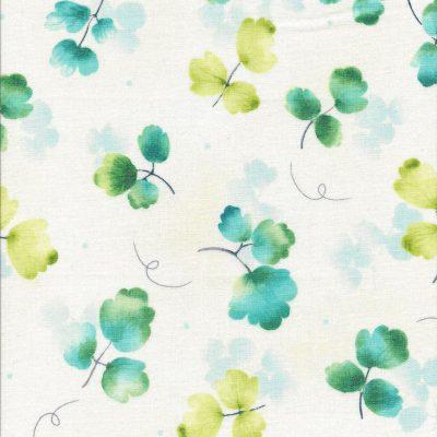 Roomwitte stof met licht groene en blauw groene takjes bladeren-Quilting Treasures
