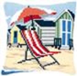 Kruissteekkussen met strandstoel en strandhuisjes