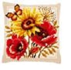 Kruissteekkussen met bloemen en vlinder