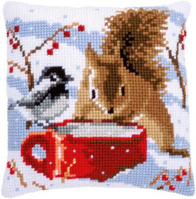 Kruissteekkussen Kit Eekhoorn en Meesje in de sneeuw