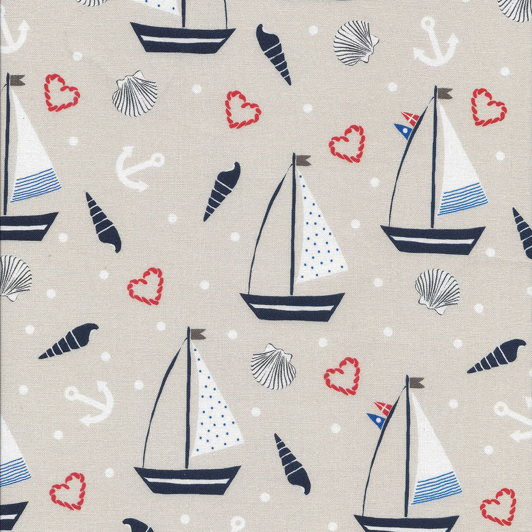 Beige stof met zeilbootjes en schelpen, witte ankers en rode hartjes